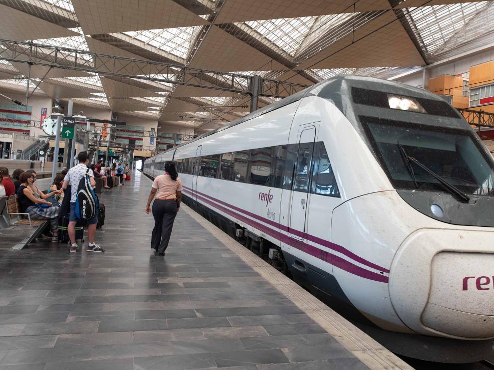 Renfe quiere alargar diez minutos la llegada del Ave de las 7.05 desde Zaragoza y Madrid y el de regreso a la capital aragonesa de las 21.30.