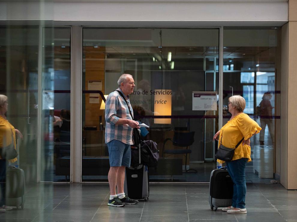 Ángel y Manuela, dos pasajeros del AVE, tuvieron que cambiar los billetes al suspender el que les correspondía para ir a Madrid.