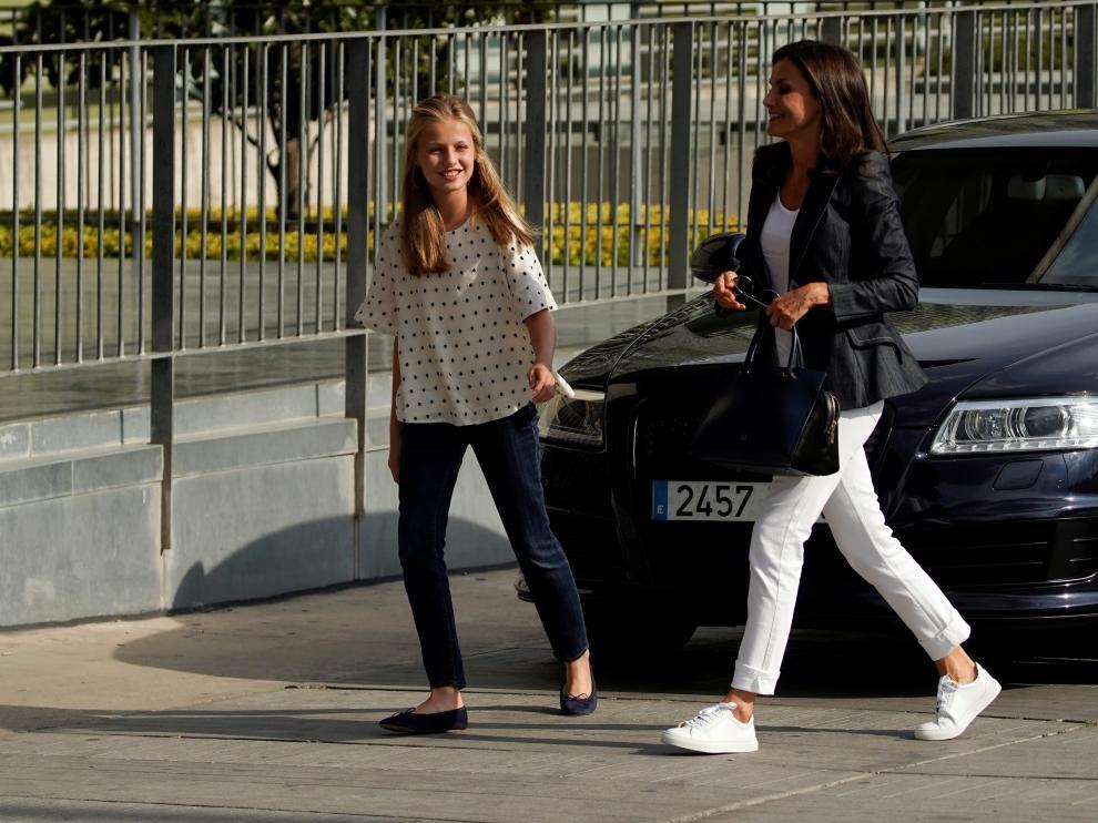 La reina Letizia y la princesa Leonor llegan al hospital.