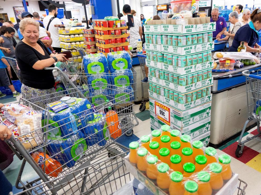Las reservas de agua embotellada se agotan en Florida ante la llegada del huracán Dorian.