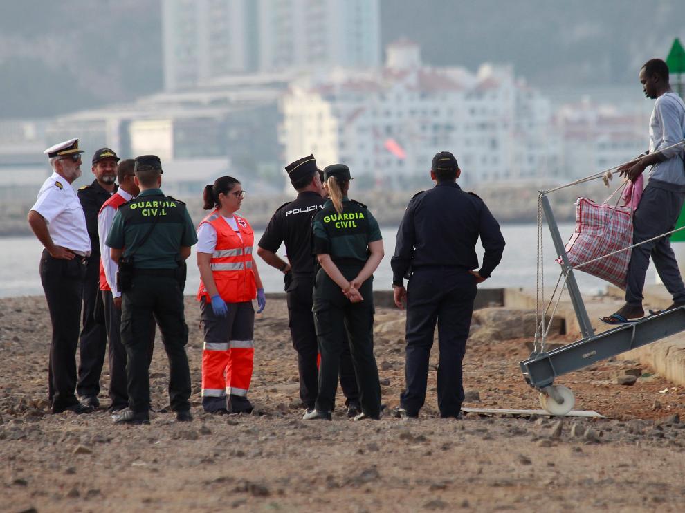 Llegan a España los 15 migrantes del Open Arms trasladados por el Audaz.