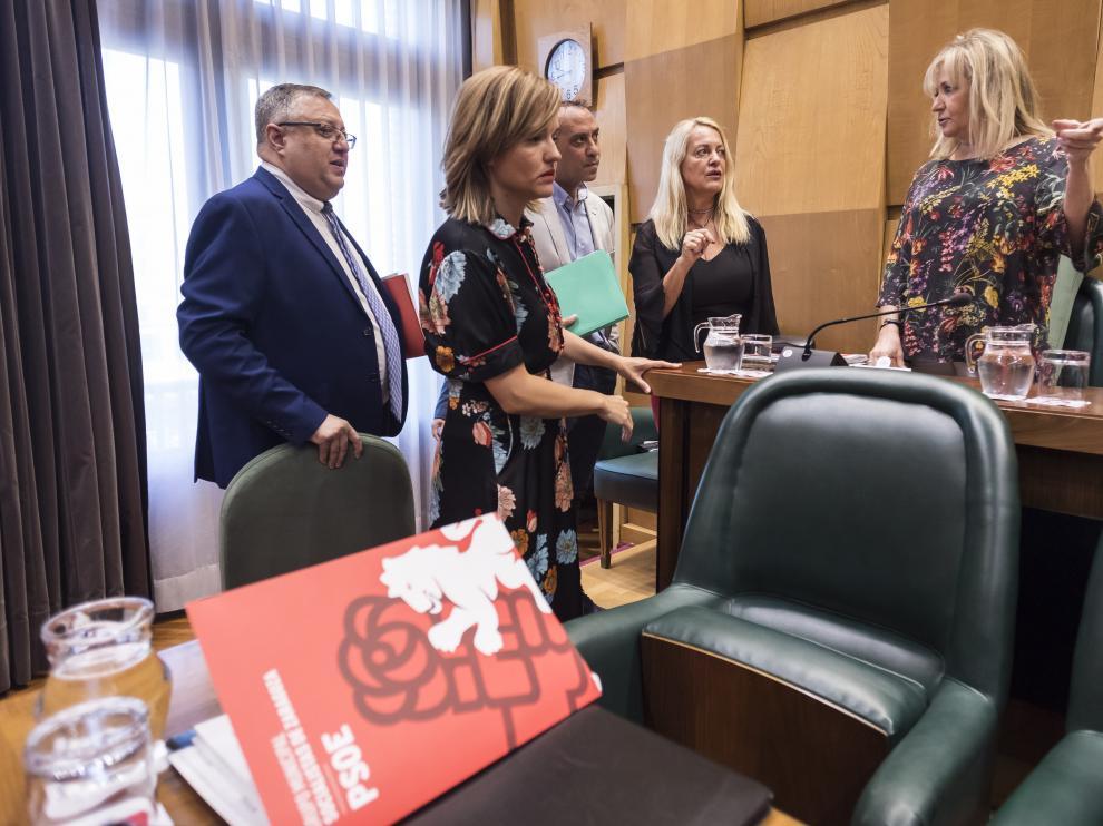 Pilar Alegría, en el centro, junto a otros miembros del grupo socialista, en el último pleno municipal.