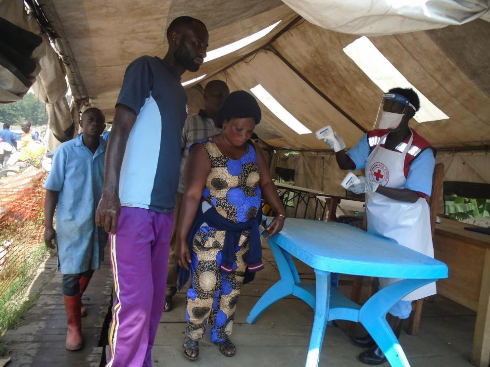 Punto de control sanitario en la frontera entre la RDC y Uganda, ante el brote de ébola.