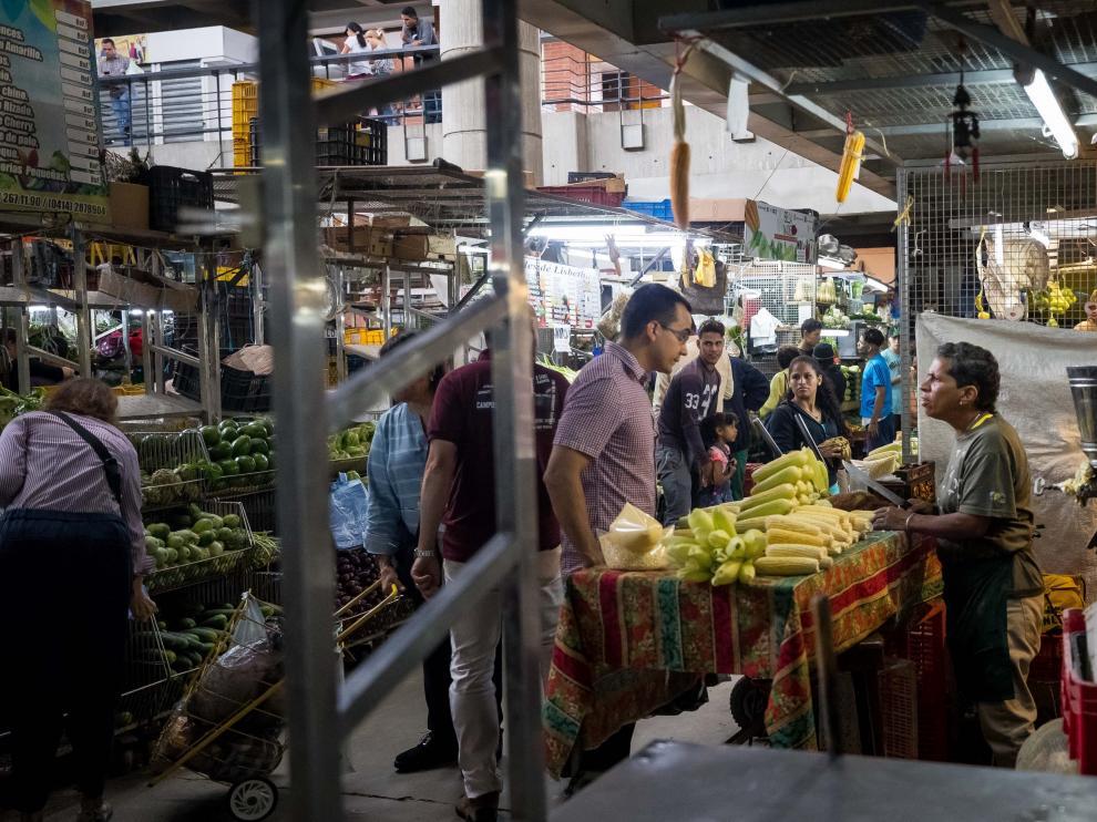 Venezolanos compran alimentos en un mercado de Caracas.