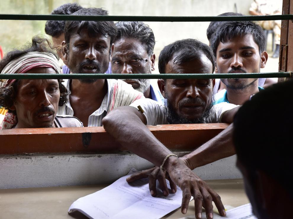 Ciudadanos indios comprueban sus nombres en las listas del censo recién publicadas.