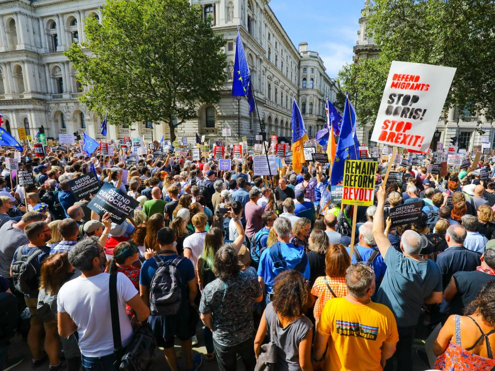 Manifestantes protestan frente a Downing Street, en Londres, por el cierre del parlamento.