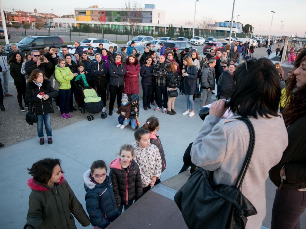Concentración de las familias de La Puebla de Alfindén, el pasado febrero, para exigir que se termine de construir el instituto de la localidad.