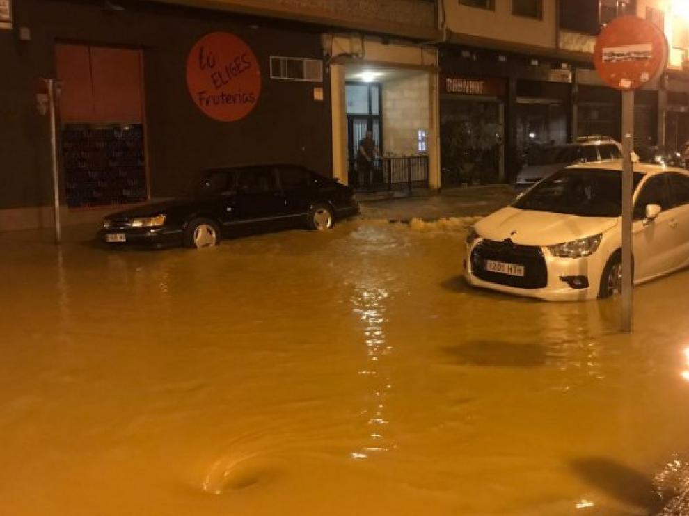 Un reventón inunda la calle Lacarra.