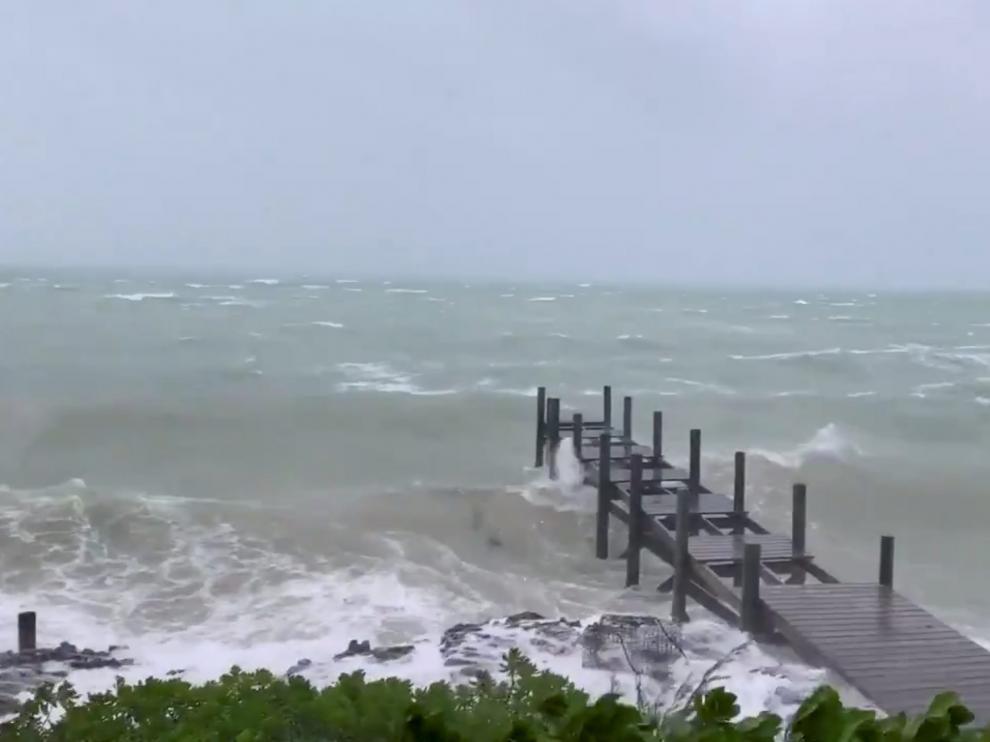 El poderoso Dorian, de categoría 5, toca tierra en Bahamas con vientos de 295 km/h.