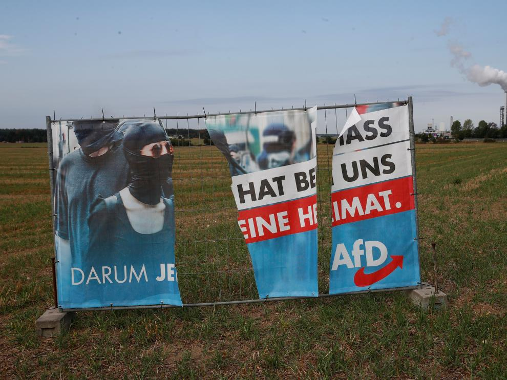 A torn election campaign banner of Germany's far-right Alternative for Germany (AFD) stands in a field near the chipboard plant of Lampertswalde, a municipality in which the AFD party reached their best result in regional elections in Saxony, Germany September 2, 2019. REUTERS/Wolfgang Rattay [[[REUTERS VOCENTO]]] GERMANY-ELECTIONS/REACTIONS AFD