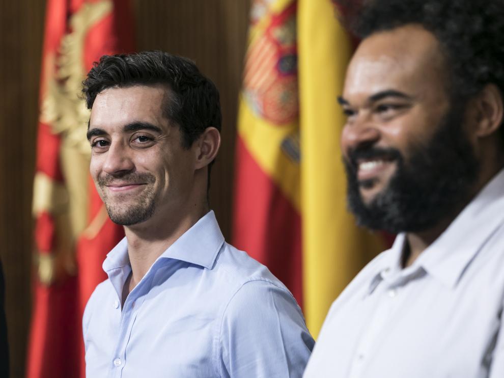 El patinador Javier Fernández y el productor musical Carlos Jean, en la recepción en el Ayuntamiento de Zaragoza.