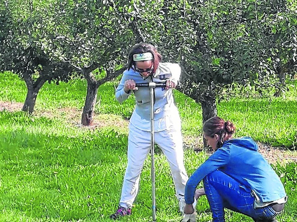 Investigadores del CSIC hacen análisis de los suelos en una localidad del valle del Manubles.