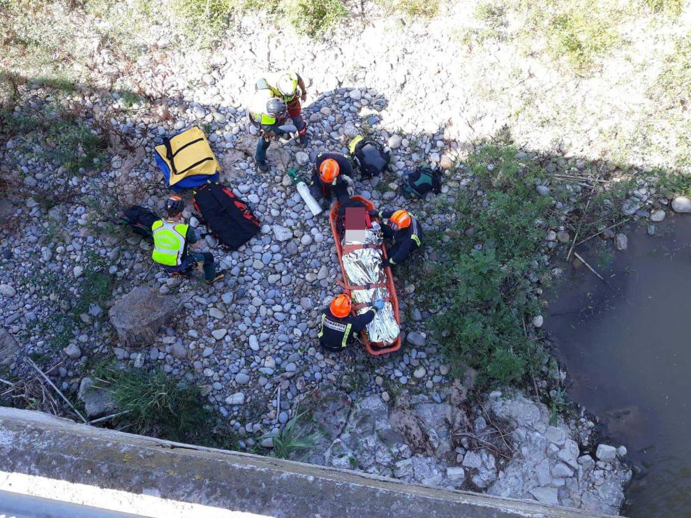 Fue a parar a un islote, del que lo sacaron los bomberos con ayuda del helicóptero de la Guardia Civil.