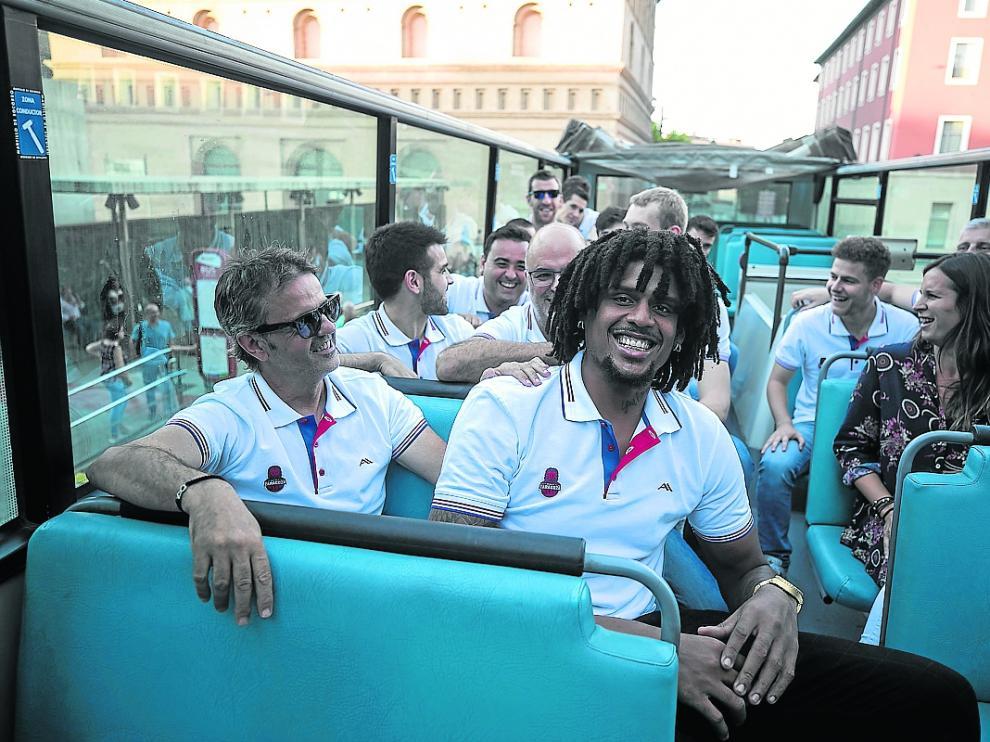 Porfirio Fisac, entrenador del Casademont Zaragoza, en el Bus Turístico junto a Javier Justiz.