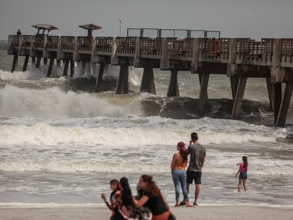 Las fuertes olas alcanzan el muelle de Jacksonville, en Florida, por la llegada de Dorian.