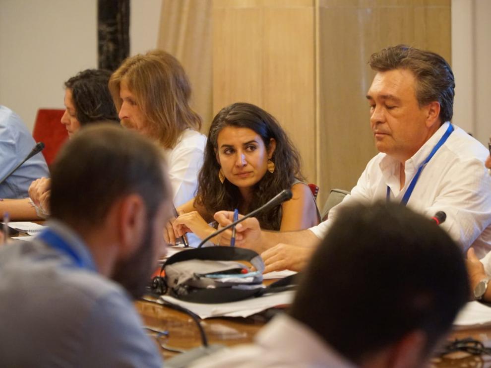 A la derecha, dos delegados de Teruel Existe, durante la reunión con los diputados de Podemos.