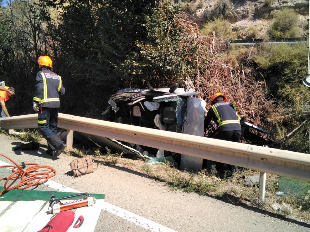 Los bomberos han rescatado el cuerpo, que ha quedado atrapado en el coche.