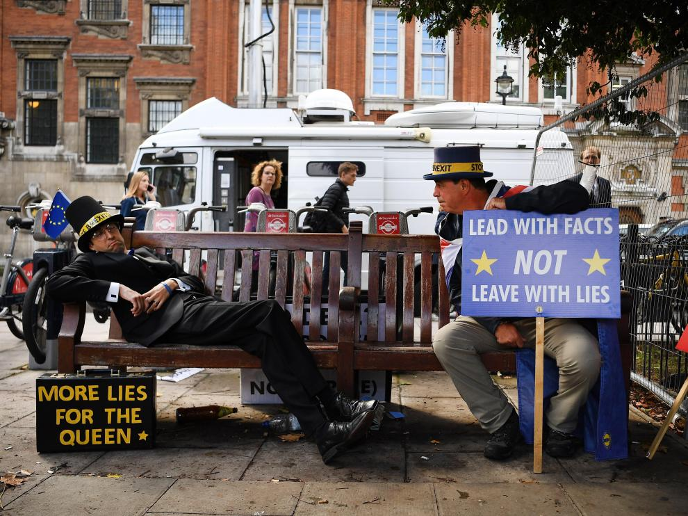 Dos ciudadanos protestas con humor en las calles por la crisis del 'brexit' en el Parlamento