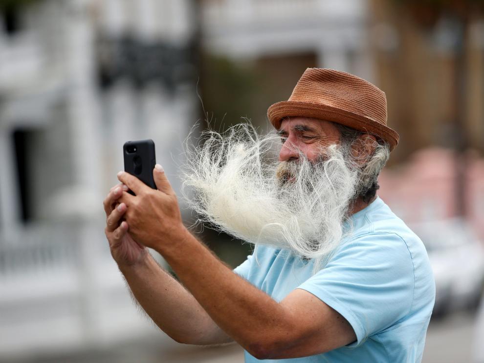 El huracán Dorian levanta la barba de un transeúnte en Charleston