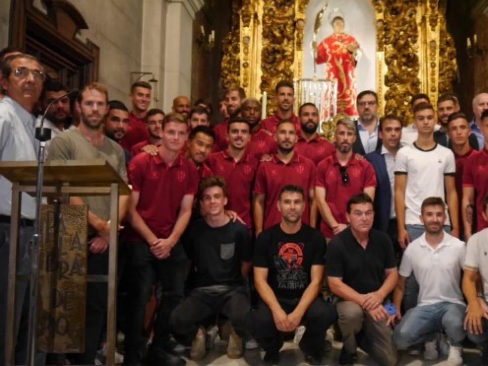 Jugadores, técnicos y directivos del club, ante el patrón de la capital oscense.