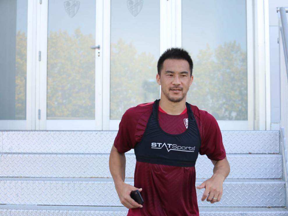 Shinji Okazaki, a la salida de El Alcoraz tras el entrenamiento de este jueves.