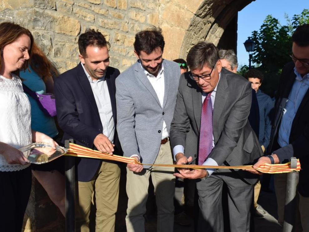 El vicepresidente del Gobierno de Aragón, Arturo Aliaga, corta la cinta de la Expoferia de Sobrarbe junto al alcalde de Aínsa. Enrique Pueyo.