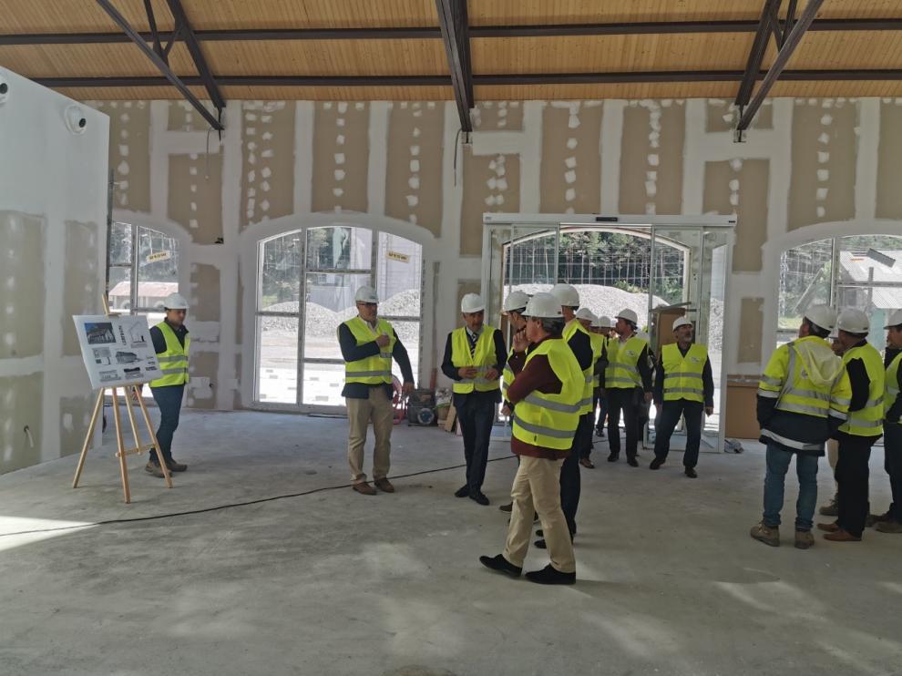 Los miembros de la junta directiva de la Asociación de Municipios del Camino de Santiago han visitado el futuro centro de acogida e interpretación.