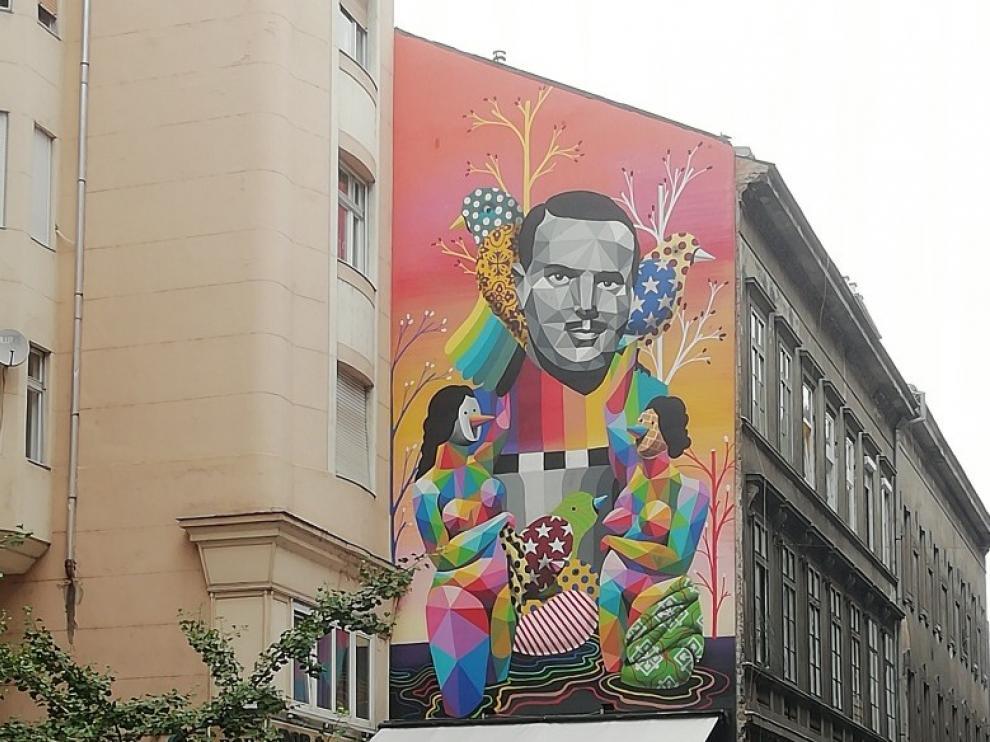 Un graffitti dedicado al diplomático aragonés ängel Sanz Briz en un edificio del centro de Budapest.