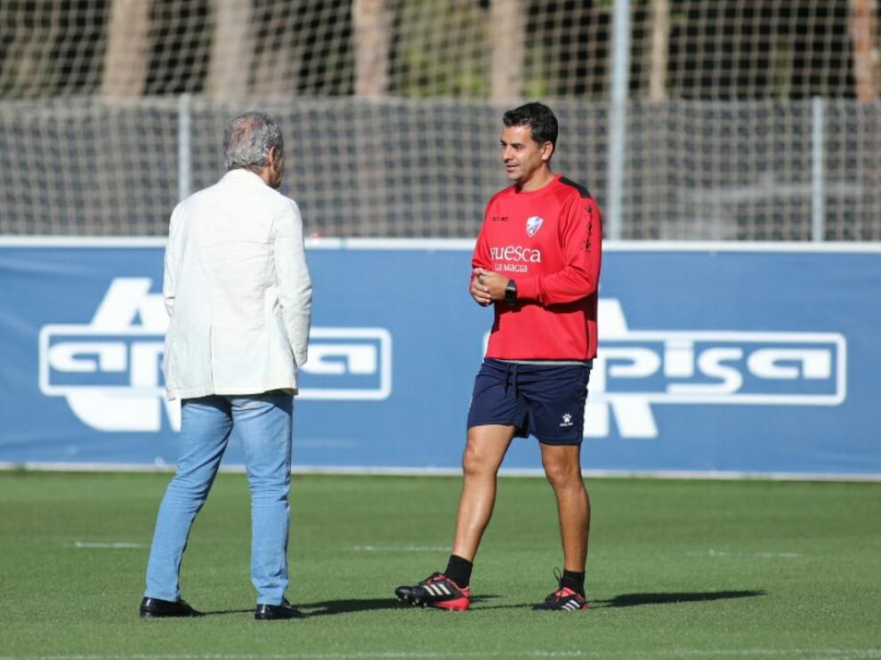 El consejero Petón y Míchel Sánchez conversan en el entrenamiento de este viernes.