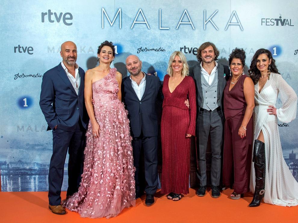 El equipo de 'Malaka' posan a su llegada al preestreno de la nueva serie de La 1, este lunes en Vitoria inaugurando la XI edición del Festival de Vitoria FesTVal.