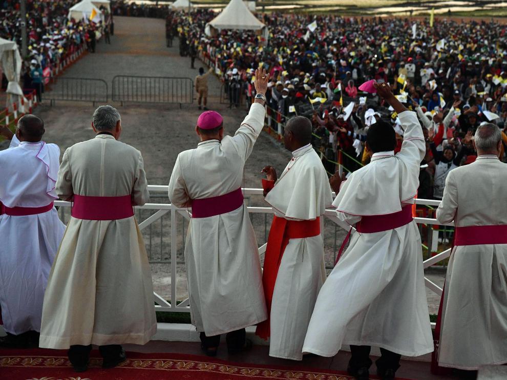 El Papa saluda a los fieles durante su visita a Madagascar