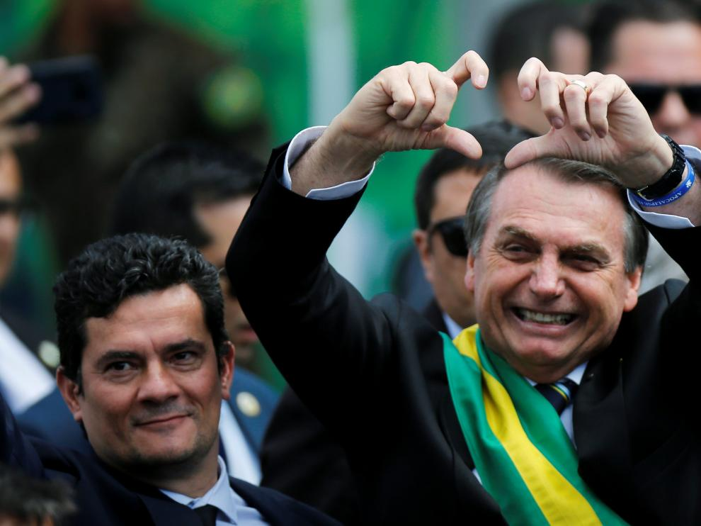 El ultraderechista Bolsonaro intenta hacer el símbolo del corazón con las manos