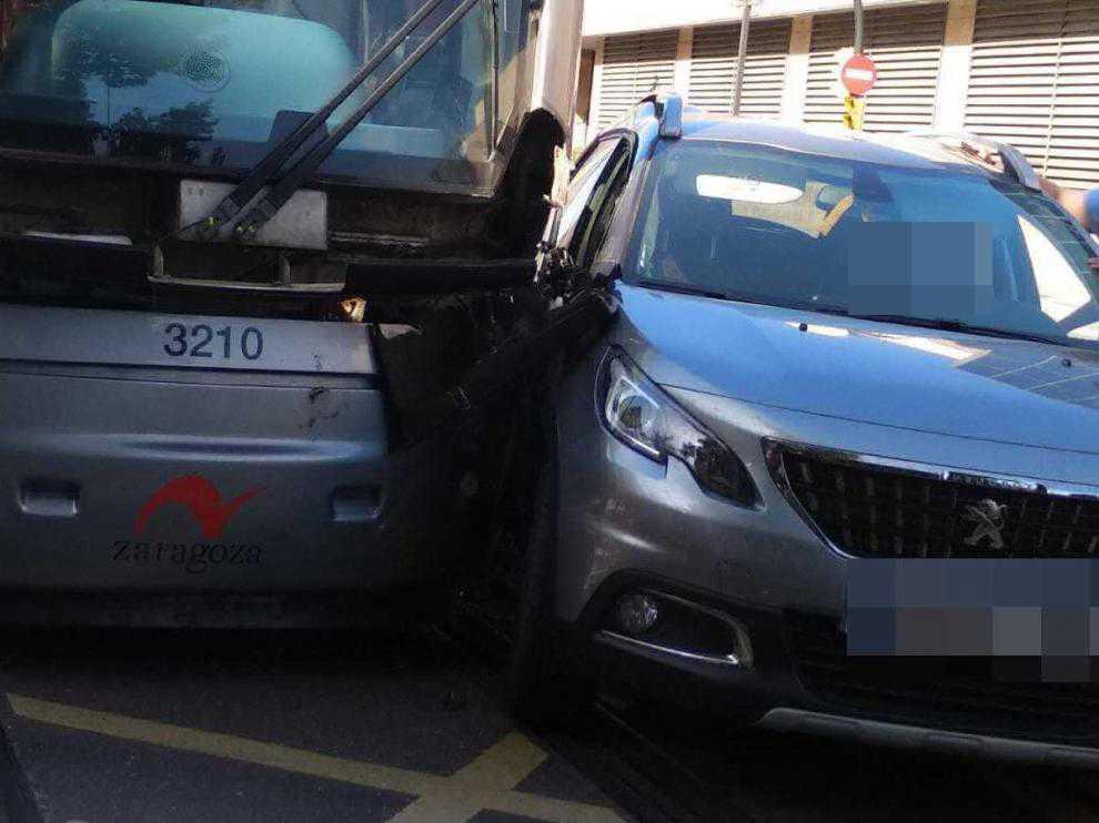 Imagen del accidente entre el coche y el tranvía