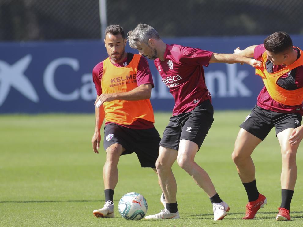 Luisinho controla la pelota durante un entrenamiento de la SD Huesca.
