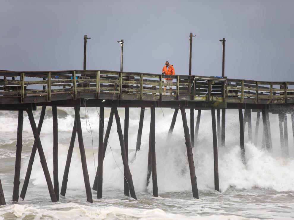 Un trabajador revisa el estado de un embarcadero de Carolina del Norte