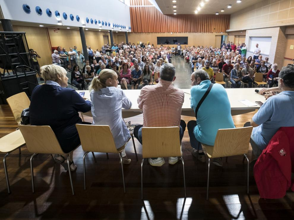 A la asamblea vecinal, celebrada en el centro cívico Manuel Vázquez Guardiola, han acudido entre 200 y 300 vecinos.