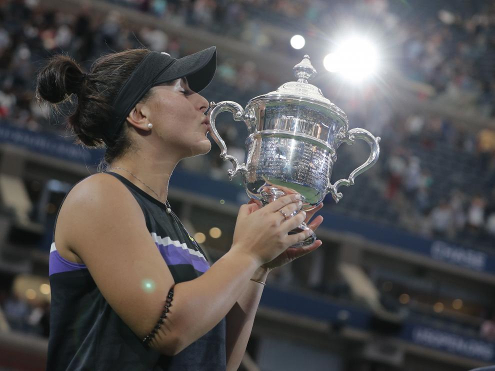 Bianca Andreescu besa su trofeo tras derrotar a Serena Williams