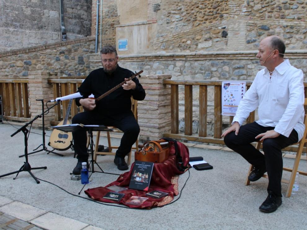 El músico Jota Martínez y el narrador Carles García durante su actuación en Tarazona.