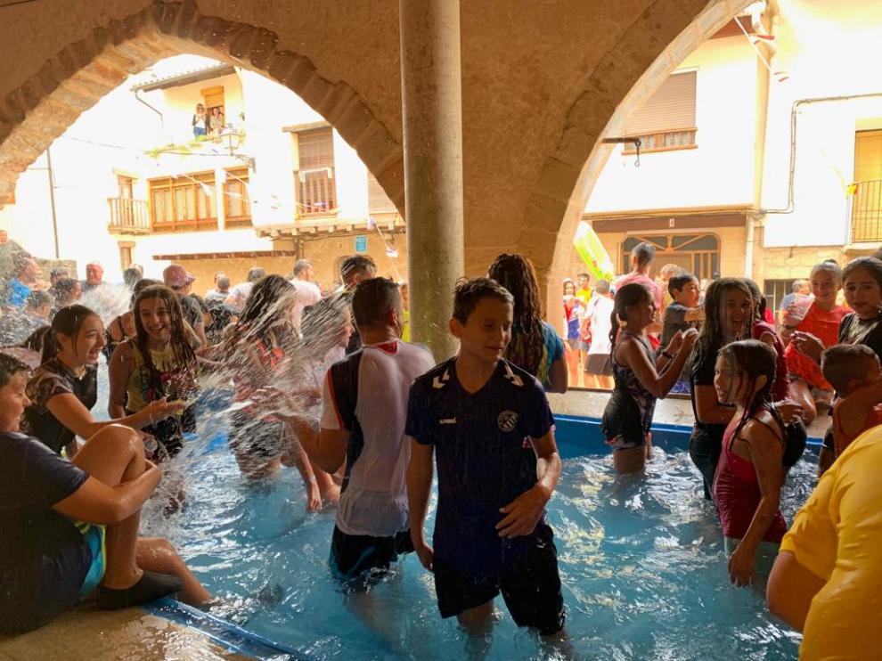 Peñarroya celebra sus fiestas con una gran piscina en la plaza de los Lavaderos