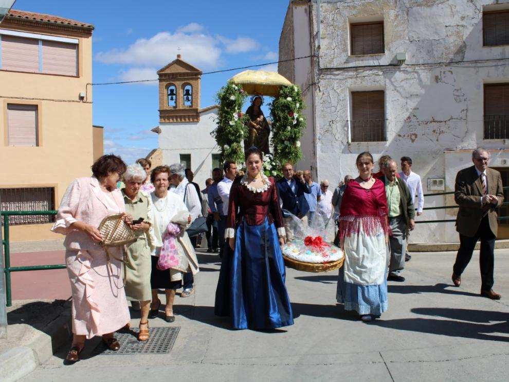 Los roscones bendecidos preceden la imagen de Nuestra Señora de la Huerta en la procesión por las calles tortolanas.