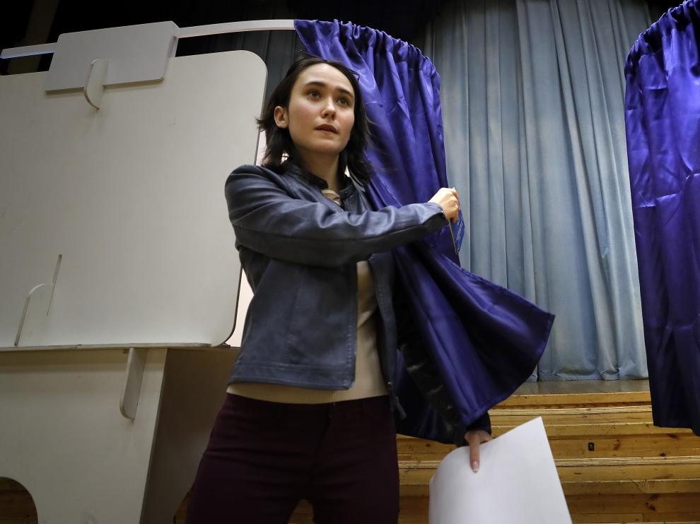 Una mujer acude a votar en Moscú