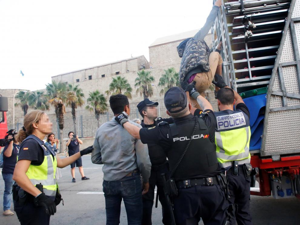 Agentes de la Policía Nacional y la Guardia Civil detienen a un inmigrante en el marco de la Operación Feriante en Melilla.