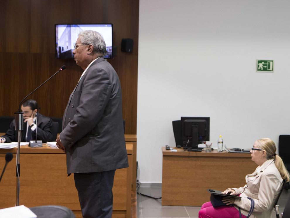 El matrimonio acusado de estafa, ayer, en el banquillo de la Audiencia Provincial. toni galán