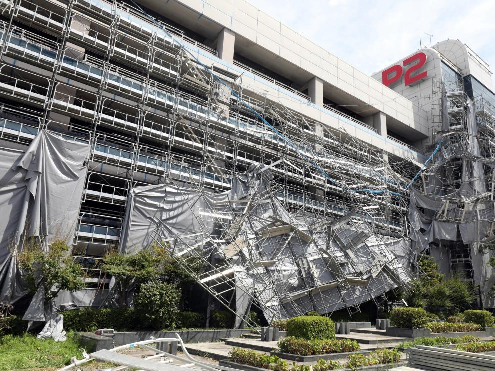 El tifón también ha ocasionado daños en algunos edificios.