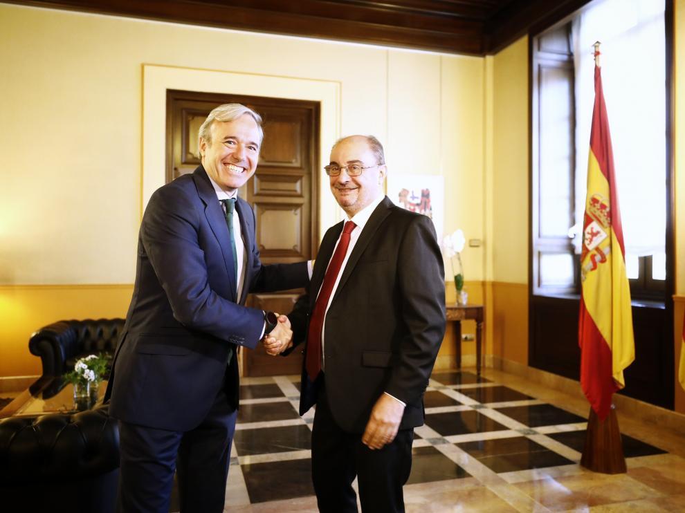 Jorge Azcón y Javier Lambán, este lunes en el edificio Pignatelli.