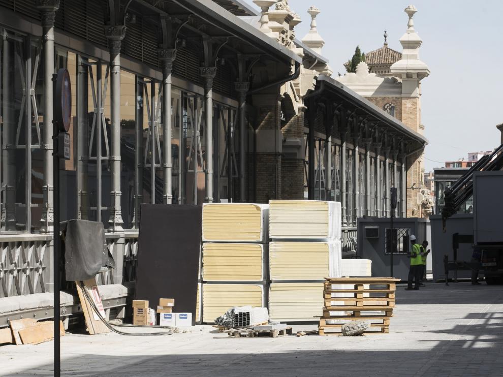 La calle trasera del Mercado está casi terminada, con la acera y la calzada al mismo nivel. Ayer, con materiales preparados para el interior.