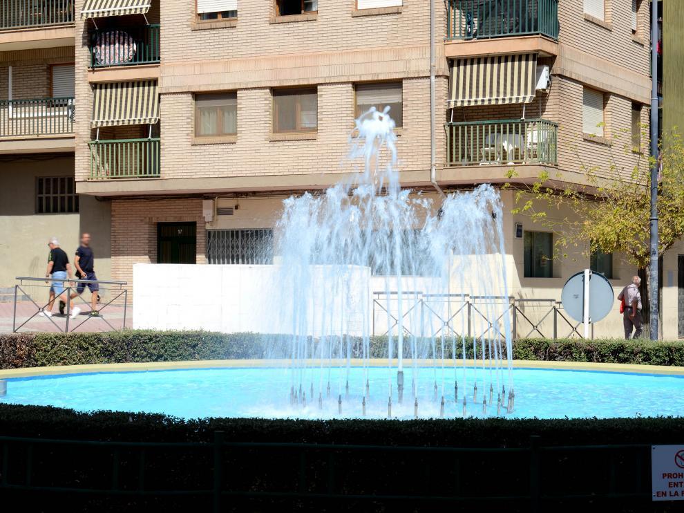 La fuente se sitúa en la confluencia de la avenida de Huesca y la calle de Belmonte de San José.