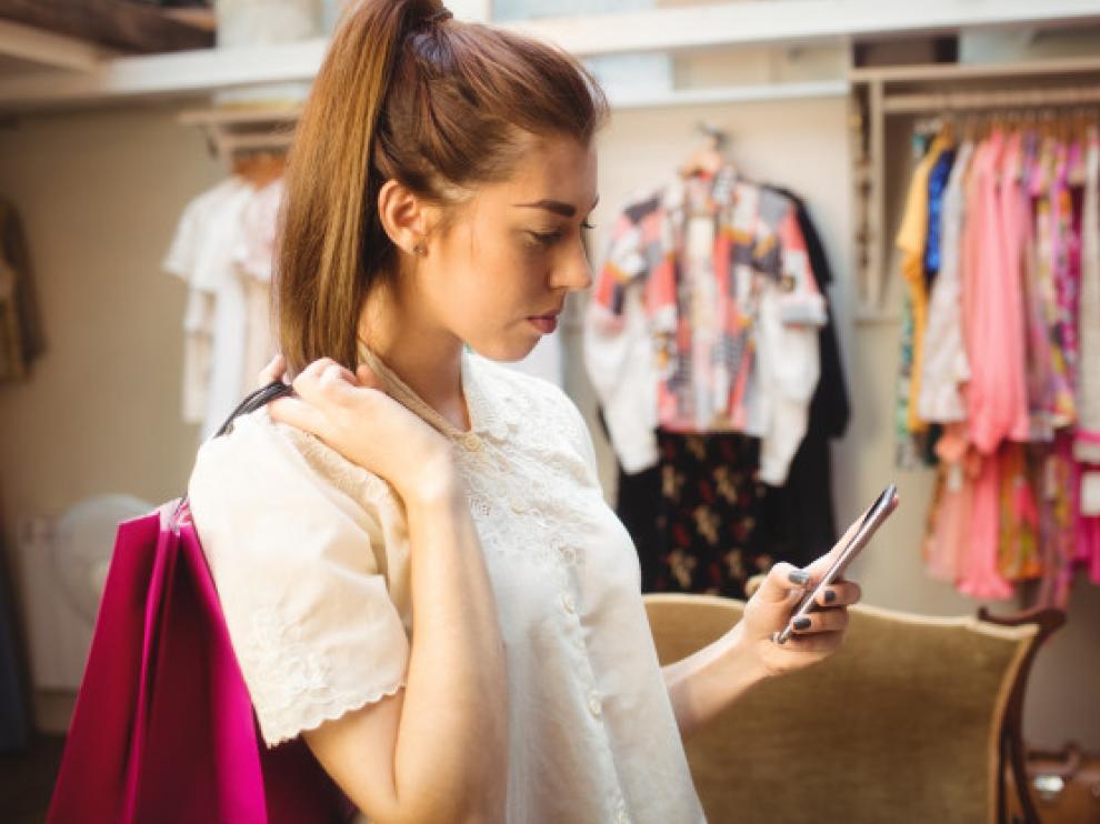 mujer mira el móvil