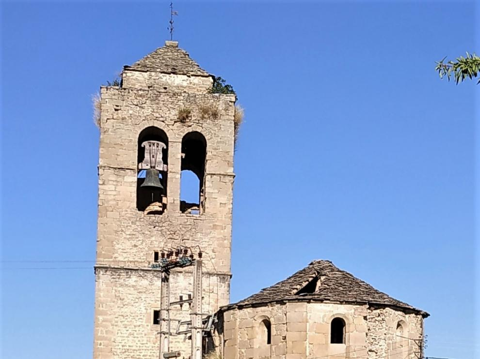 Se ha hundido parte del techo de losas de la nave central de la iglesia.
