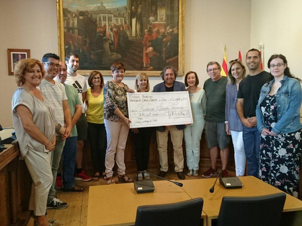 Familiares de Zárate entregaron el cheque a la Fundación Atención Temprana.